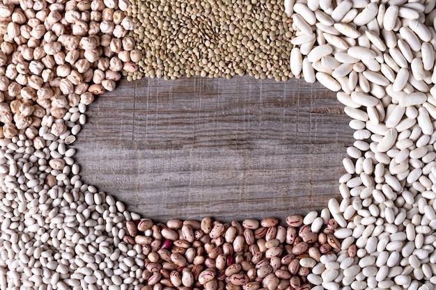 Hintergrund von den entfernten hülsenfrüchte, die einen kreis auf hölzernem brett bilden