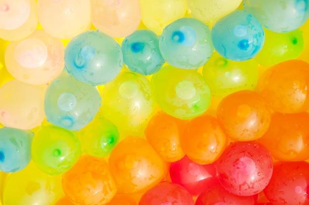 Hintergrund von den farbigen bällen gefüllt mit wasser. der blick von oben.