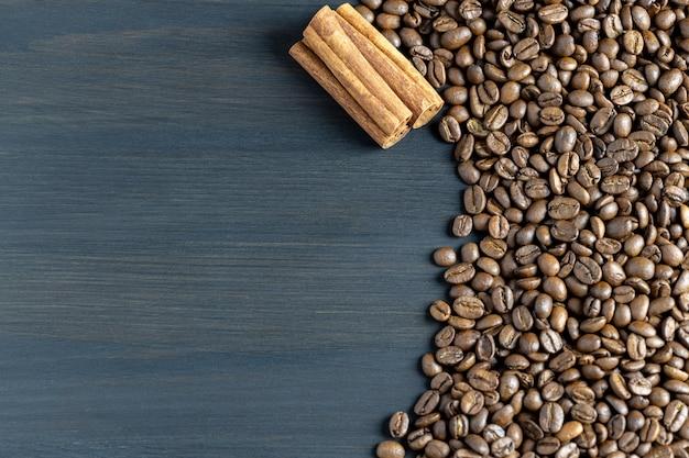Hintergrund von gerösteten kaffeebohnen und zimt mit platz für text