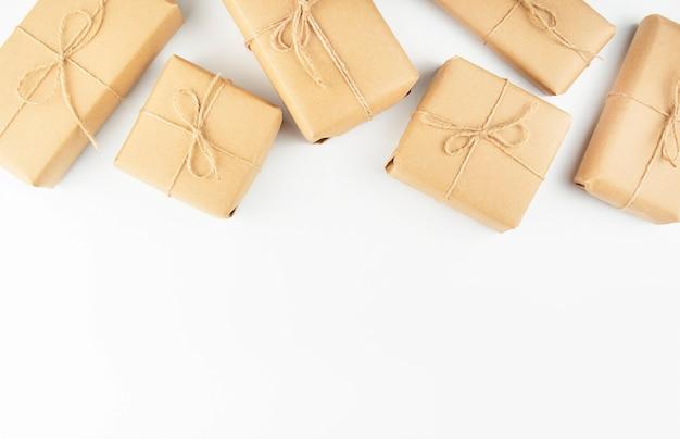 Hintergrund von geschenkboxen auf einem weißen hintergrund. flache lage, kopierraum.