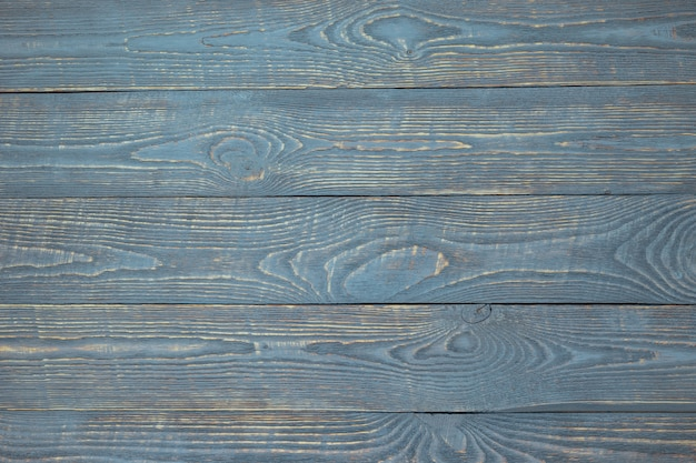 Hintergrund von hölzernen beschaffenheitsbrettern mit resten der hellblauen farbe. horizontal.