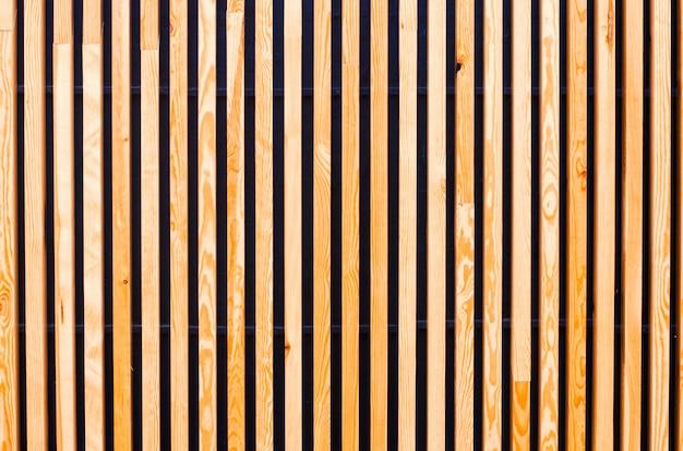 Hintergrund von holzbrettern, latten. moderne architektur, urban. hölzerne beschaffenheit. designer hintergrund