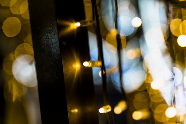 Hintergrund von unscharfen glühenden weihnachtsgoldenen lichtern