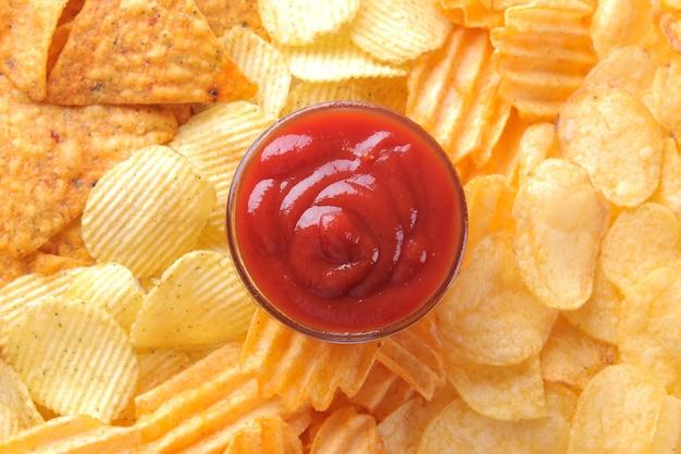 Hintergrund von verschiedenen chips und roter soße