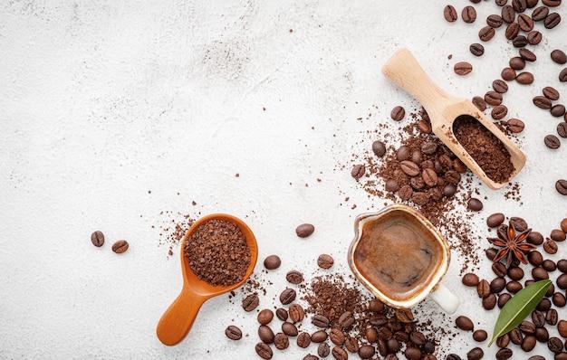 Hintergrund von verschiedenen kaffee, dunkel gerösteten kaffeebohnen, gemahlen und kapseln mit schaufeln eingerichtet