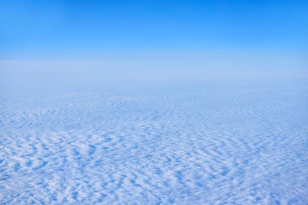 Hintergrund, wolkengebilde - kontinuierliche cirrocumuluswolken, draufsicht, aus einem flugzeug oder aus dem weltraum