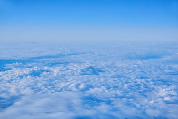 Hintergrund, wolkengebilde - kontinuierliche kumuluswolken, draufsicht, aus einem flugzeug oder aus dem weltraum
