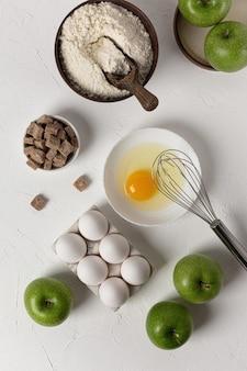 Hintergrund zum backen. nahrungsmittelversorgung. das konzept eines apfelkuchenrezepts