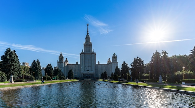 Hintergrundbeleuchtung der lomonossow-universität moskau, die unter den universitäten russlands bewertet wird