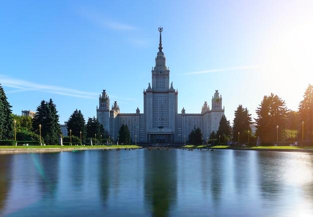 Hintergrundbeleuchtung der lomonossow-universität moskau russland