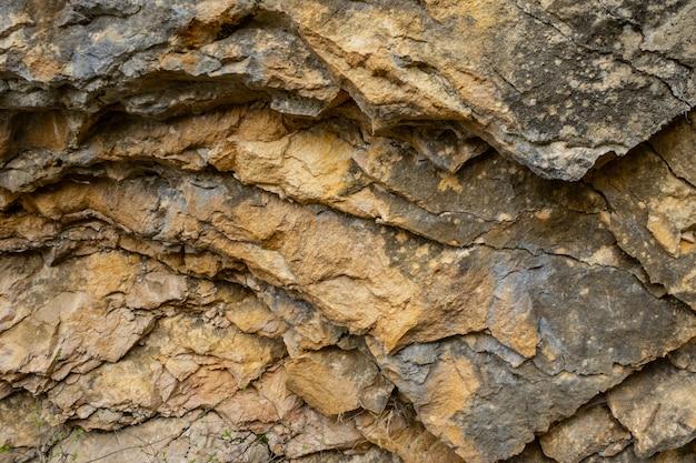 Hintergrundbeschaffenheit eines gebrochenen dreiecksfelsens in einem naturpark congost de mont-rebei monrebey in spanien.