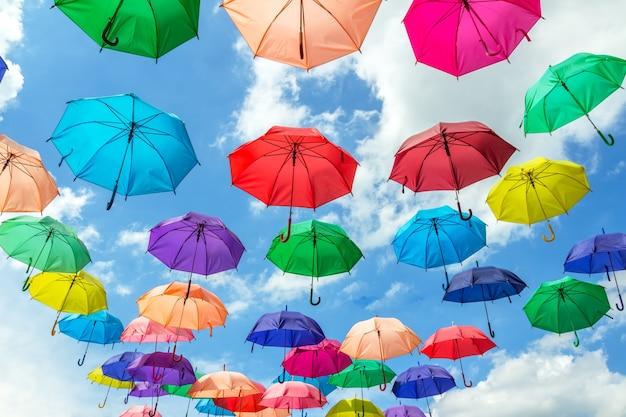 Hintergrundbild, bunt vom regenschirm und vom himmel