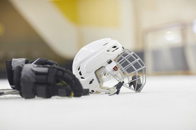Hintergrundbild der hockeyausrüstung, die auf eis in der eislaufarena im freien liegt