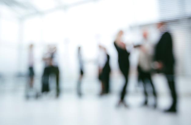 Hintergrundbild einer gruppe von geschäftsleuten, die in der bürolobby stehen. foto mit textfreiraum
