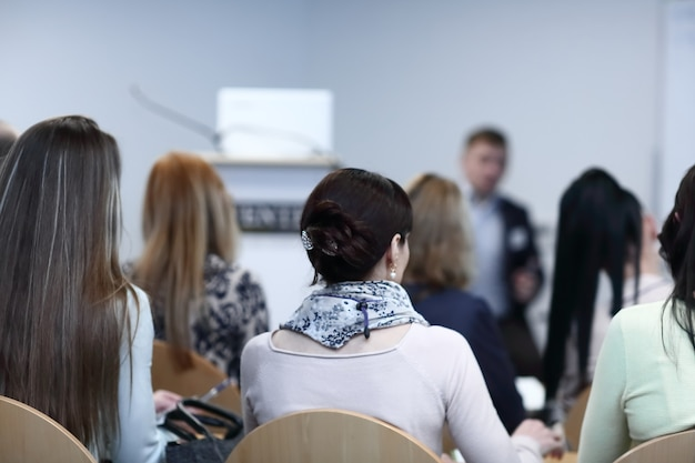 Hintergrundbild eines geschäftsmannes, der bei einem business-seminar spricht.