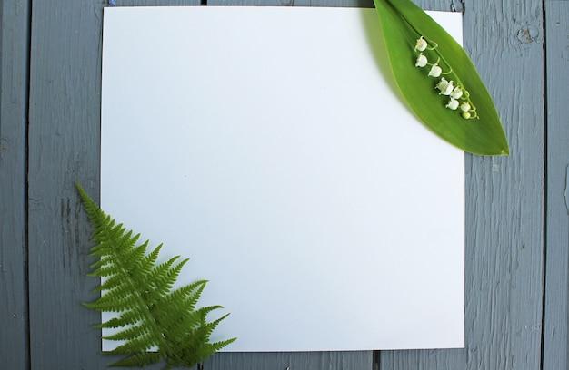 Hintergrundblumen auf weißem papier