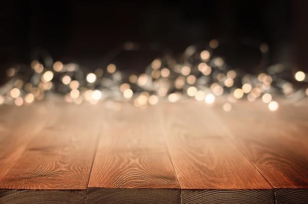 Hintergrundholztisch und goldenes bokeh