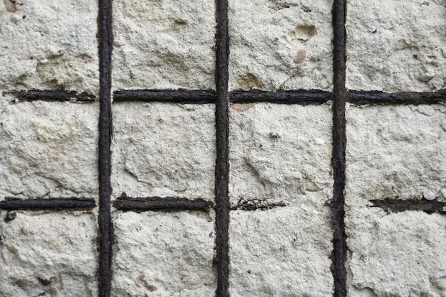 Hintergrundmetallalte masche in einer betonmauer eines gebäudes