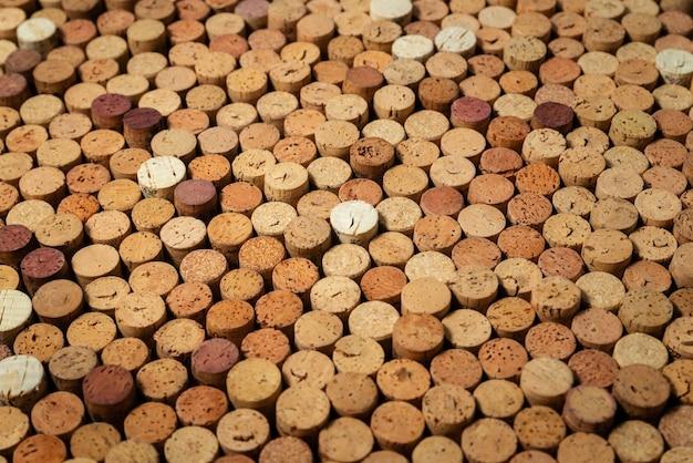 Hintergrundmuster vieler verschiedener gestapelter gebrauchter rotweinkorken