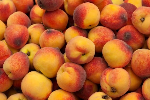 Hintergrundreife pfirsiche werden im supermarkt verkauft