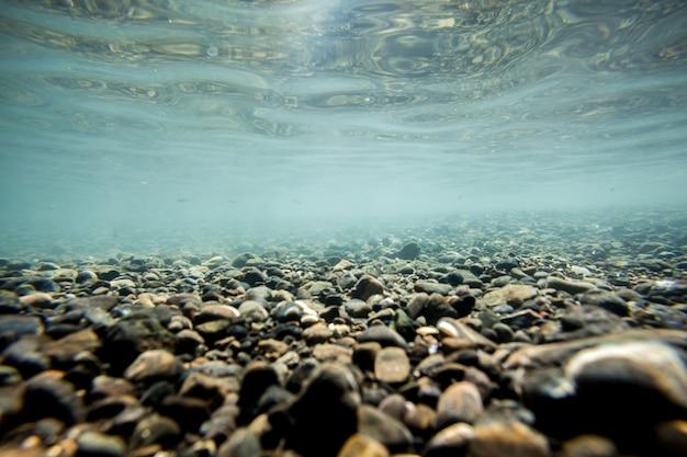 Hintergrundsand am strand unter wasser. fokus auf die mitte