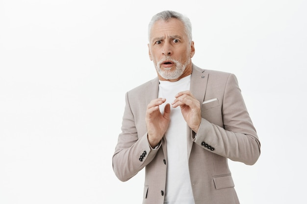 Hinterhalt besorgter älterer mann, der schockiert aussieht