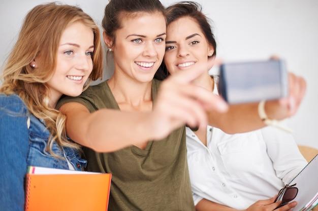 Hinzufügen von bildern zu sozialen netzwerken mit freunden