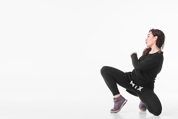 Hip-hop-tänzer, der über weißen hintergrund tanzt
