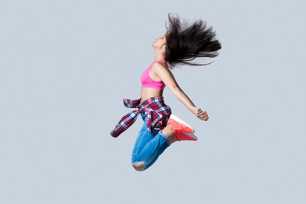Hip-hop-tänzer springen