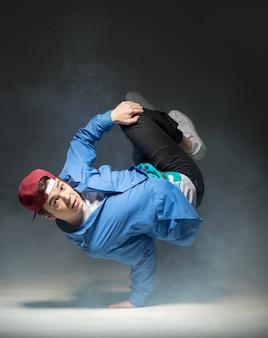 Hip-hop-tänzer zeigt einige bewegungen.