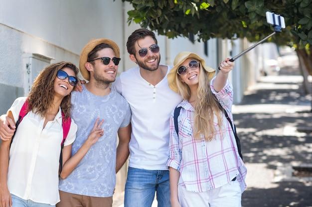 Hippe freunde, die selfie auf der straße nehmen