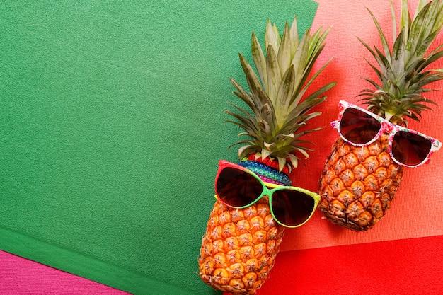 Hippie-ananas-mode-accessoires und -früchte auf buntem hintergrund