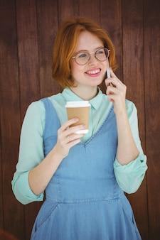 Hippie, der am telefon trinkt kaffee spricht