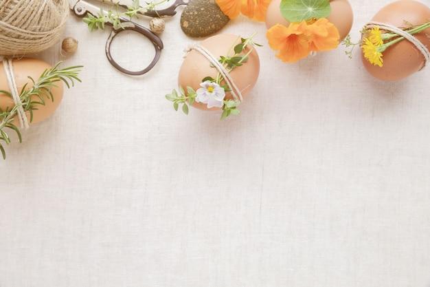 Hippie eco handwerk ostereier mit blumen und kräutern auf leinenkopienraum