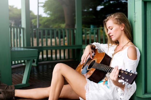 Hippie-frau, die musik-konzept spielt