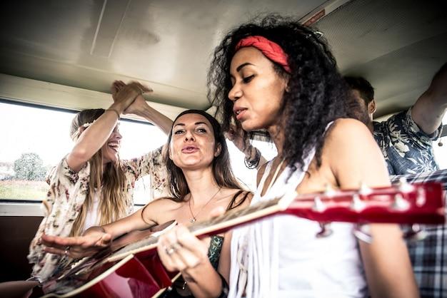 Hippie-freunde fahren auf einem minivan
