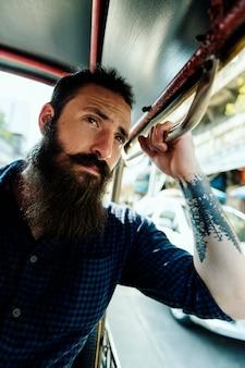 Hippie-mann, der einen öffentlichen transport reitet