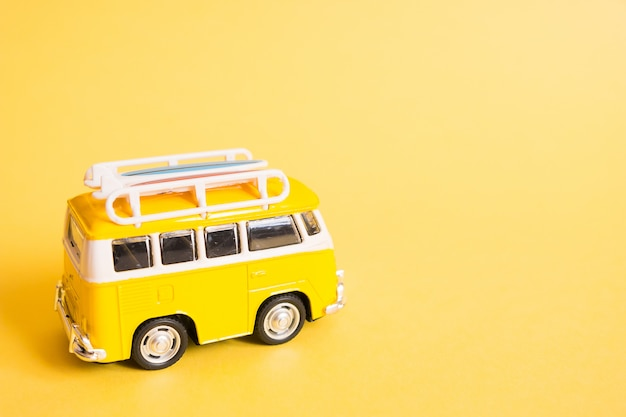 Hippie minivan auto am strand.