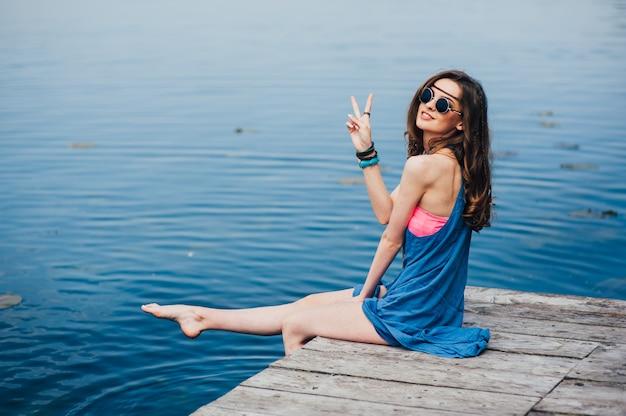 Hippiemädchen auf dem dock