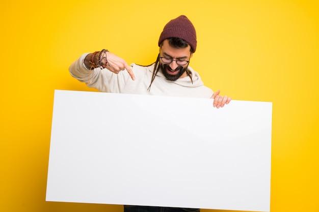 Hippiemann mit den dreadlocks, die ein plakat für halten, fügen ein konzept ein