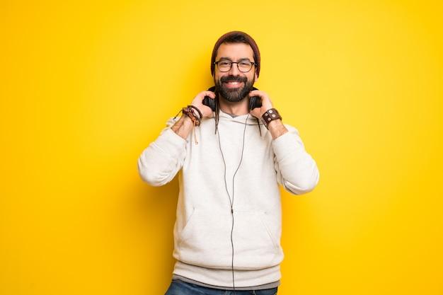 Hippiemann mit dreadlocks mit kopfhörern