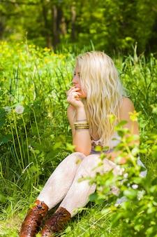 Hippies mädchen sitzen und rauchen