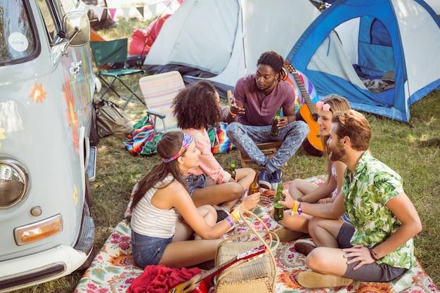 Hipster, die spaß in ihrem campingplatz haben