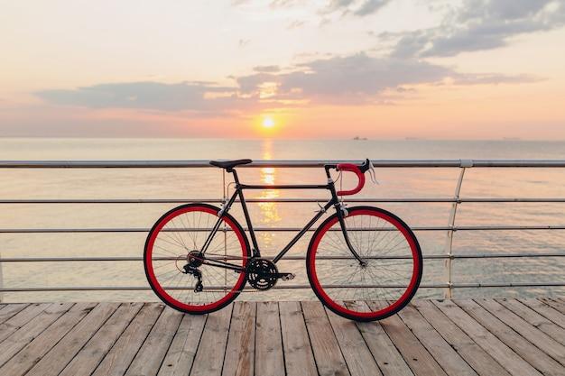 Hipster fahrrad am morgen sonnenaufgang am meer