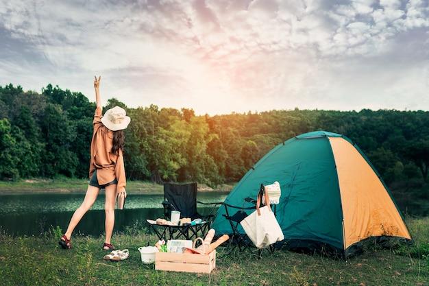 Hipster frau, die sich mit ihrem camping im urlaub und im langsamen leben ausruht und entspannt.
