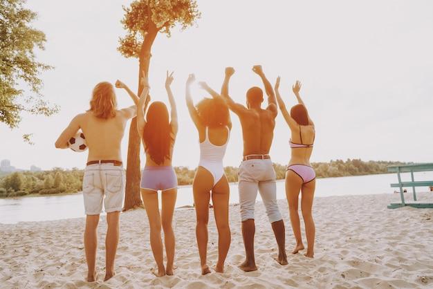 Hipster friends freiheit und entspannung am strand