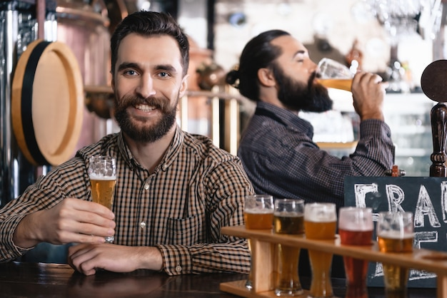 Hipster haben leckeres craft beer microbrewery pub.