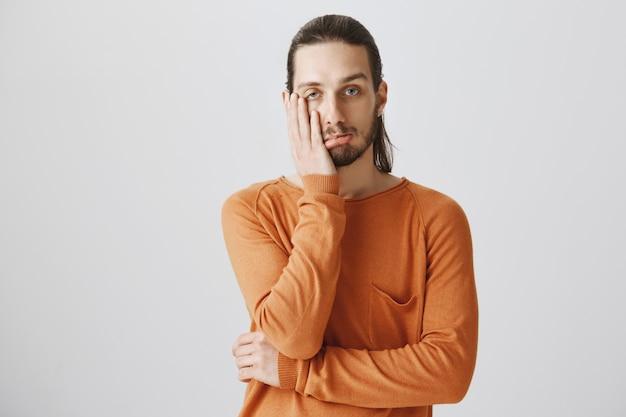 Hipster kerl gesichtspalme und sieht gestört aus