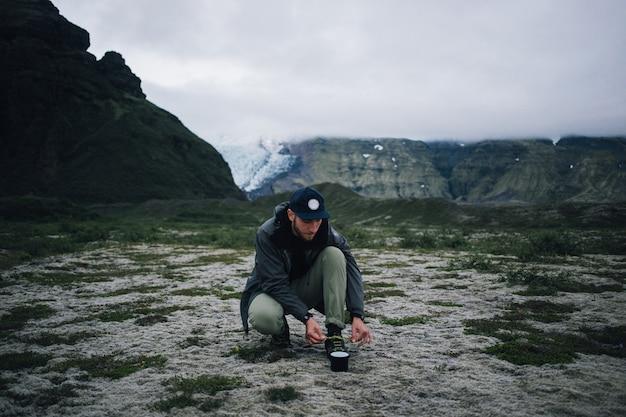 Hipster-mann, der in island wandert