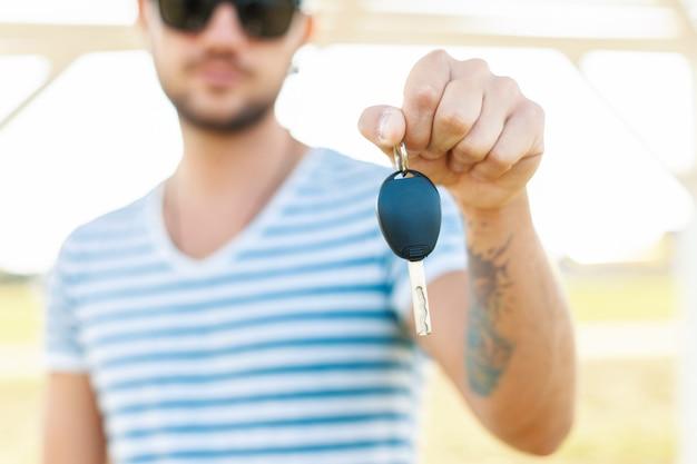 Hipster mann hält den schlüssel